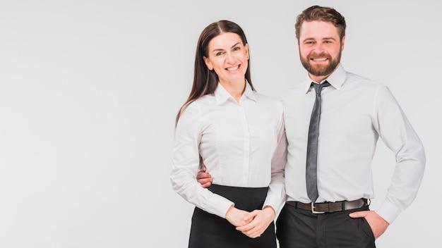 Collega's vrouw en man omarmen
