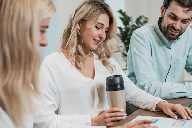 Collega's werken en koffie drinken