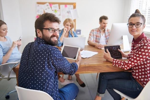 Collega's werken in een ontspannen sfeer op kantoor