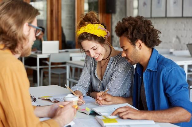 Collega's werken samen terwijl ze in café zitten