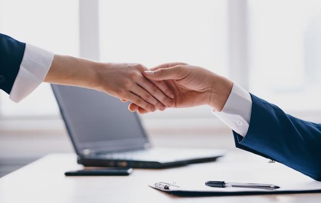 Collega's zakelijke deal teamwork communicatie financiële professionals
