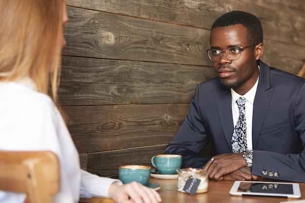 Collega's zitten in café formeel gekleed
