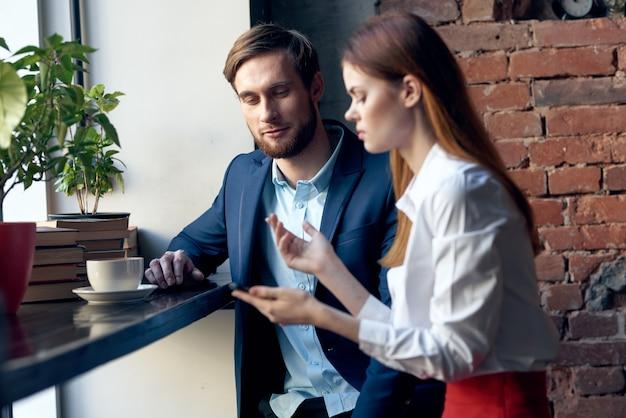 Collega's zitten in een café communicatie ontbijt werk