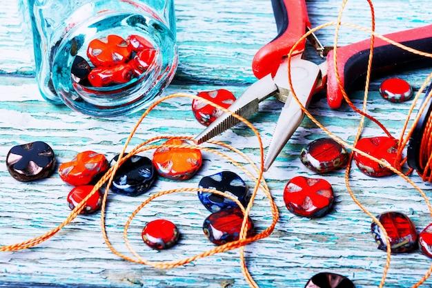 Colliers van glaskralen maken.