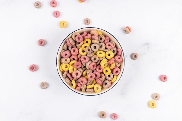 Coloful ontbijtgranen ringen lussen in een kom