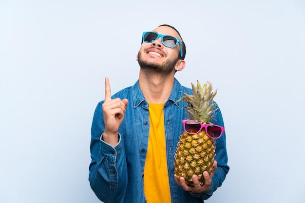 Colombiaanse man met een ananas met zonnebril wijzend met de wijsvinger een geweldig idee