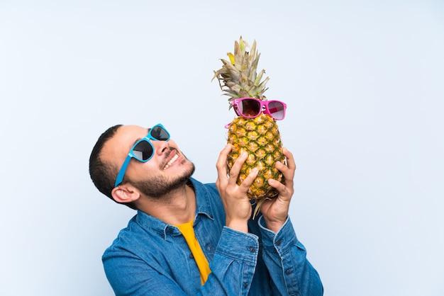 Colombiaanse man met een ananas met zonnebril