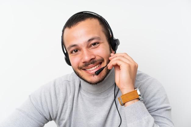 Colombiaanse mens die van telemarketer in een bureau werkt