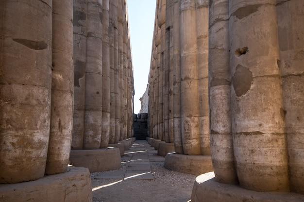 Colonnade in de tempel van luxor