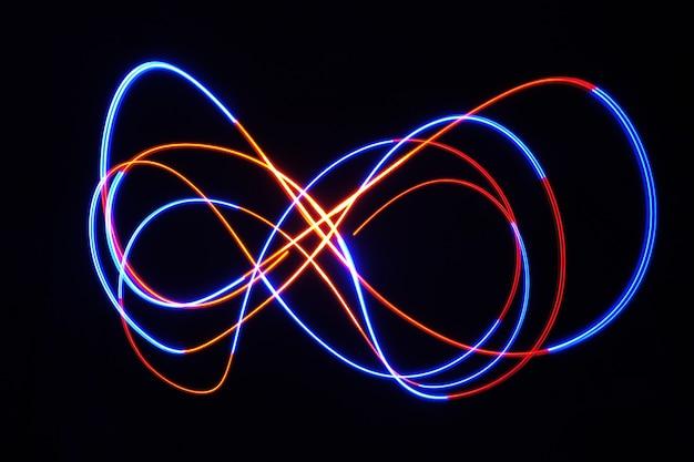 Color light lamp beweegt rond bij lange belichtingstijd in het donker.