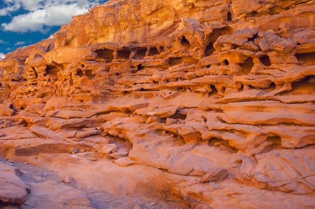 Colored canyon is een rotsformatie op het schiereiland zuid-sinaï, egypte woestijnrotsen van veelkleurige