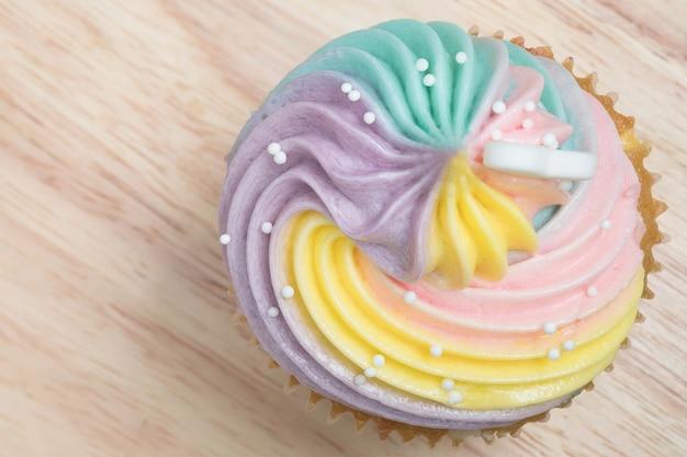 Colorfullroomkaas cupcakes in dienblad op houten lijst.