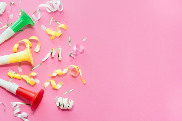 Colorul party streamers op roze achtergrond.