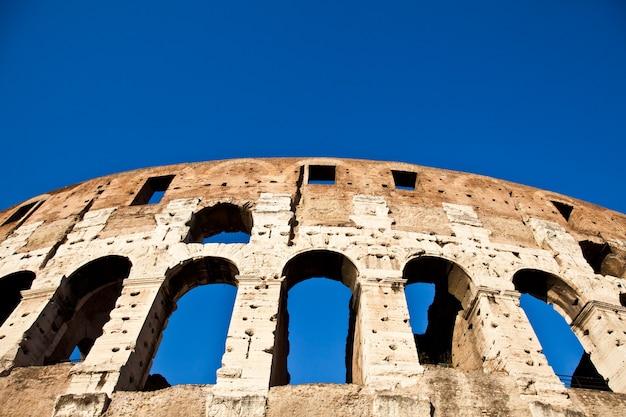 Colosseum in rome met blauwe lucht, oriëntatiepunt van de stad