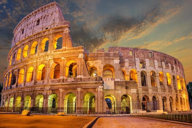 Colosseum verlicht bij zonsopgang, rome, italië, geen mensen