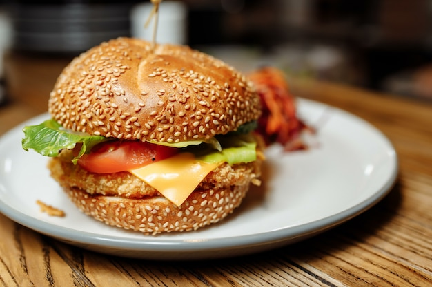 Combinatie van frietjes en sancwich op het bord.