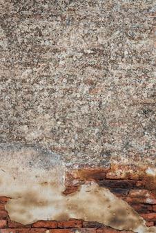 Combinatie van grind en oude bakstenen muur
