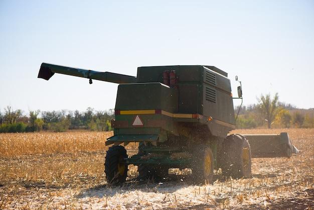 Combineer harvester in tarweveld op herfstdag.
