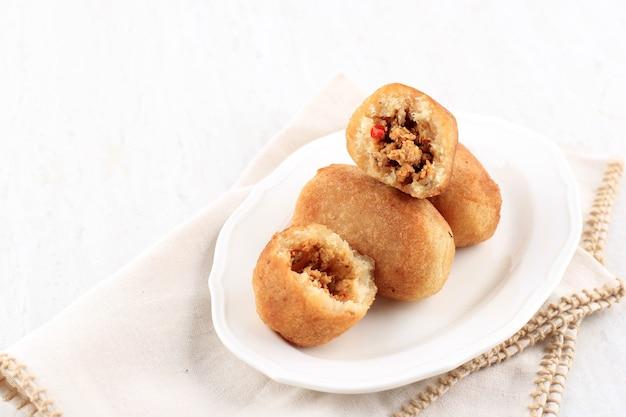 Combro of comro, traditioneel sundanese gefrituurd voedsel gemaakt van geraspte cassave, vulling met oncom en chili. populair straatvoedsel om te ontbijten.