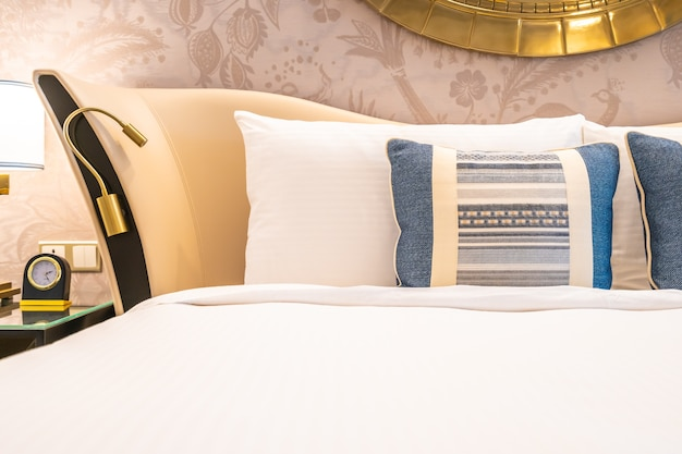 Comfortabel hoofdkussen op bed met lichte lampdecoratie