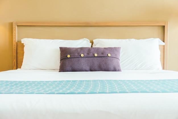 Comfortabel hoofdkussen op bed