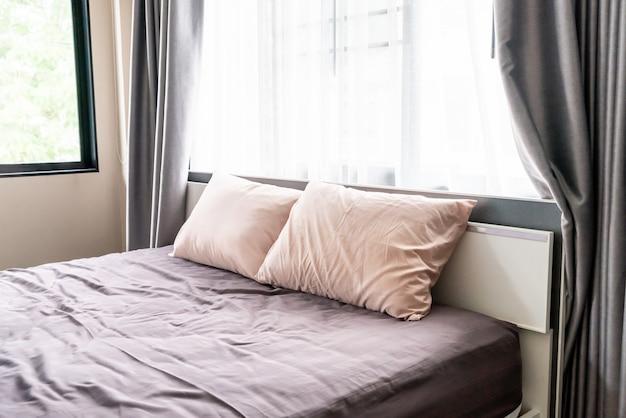Comfortabel kussen op bed