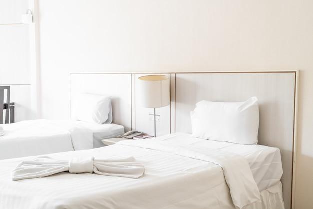 Comfortabel kussen op beddecoratie