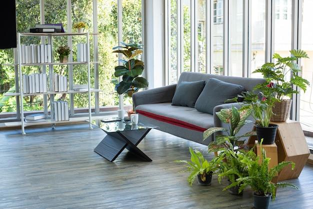 Comfortabele bank en laptop mobiele telefoon kopje koffie op tafel in de moderne woonkamer.