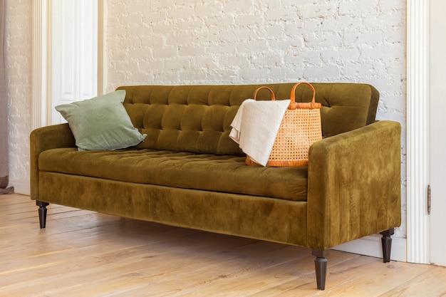 Comfortabele bank in gezellige woonkamer