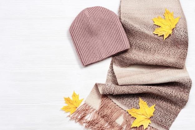 Comfortabele herfstkleding en decoratieve esdoornbladeren