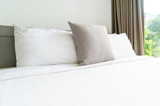 Comfortabele kussendecoratie op bed in de slaapkamer