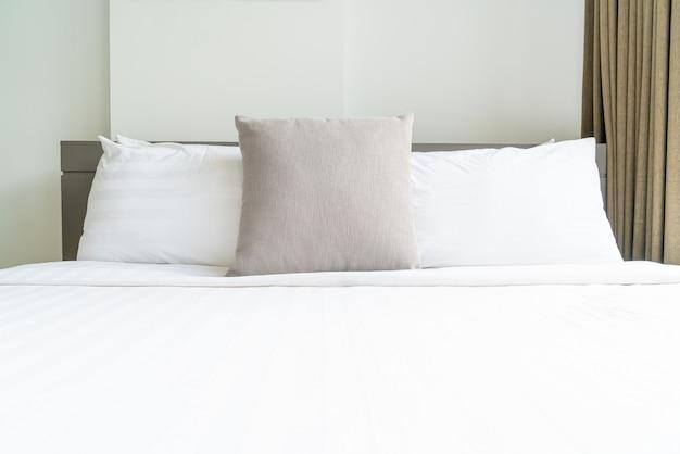 Comfortabele kussendecoratie op bed in slaapkamer