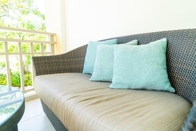 Comfortabele kussendecoratie op terrasstoel op balkon