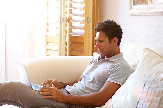 Comfortabele man om thuis te zitten met laptop
