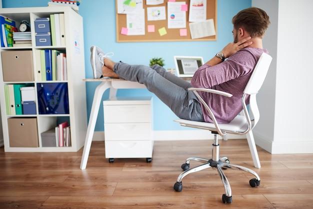 Comfortabele positie om op kantoor te werken