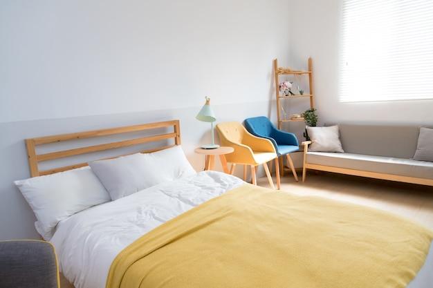 Comfortabele slaapkamer in japanse stijl met zonneschijn vanuit het raam.
