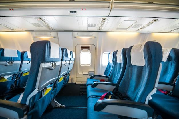 Comfortabele stoelen in de cabine van grote vliegtuigen met schermen in stoelen terug