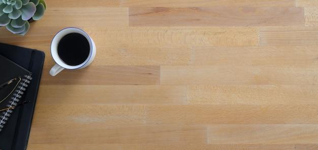 Comfortabele werkplek met kopie ruimte en kantoorbenodigdheden op houten tafel