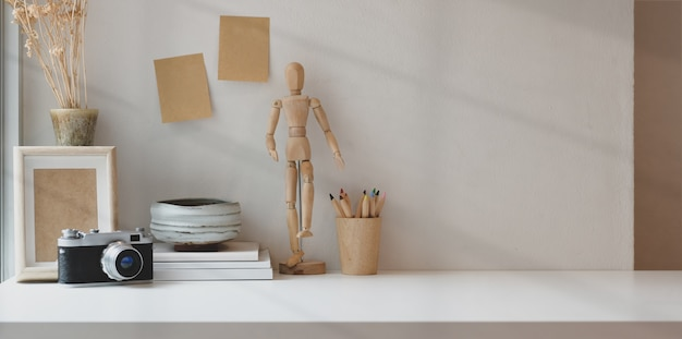 Comfortabele werkplek met kopie ruimte met kantoorbenodigdheden voor fotograaf