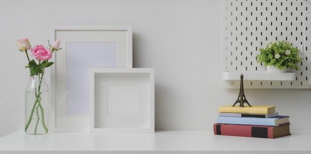 Comfortabele werkplek met mock-up frame en kopie ruimte met camera