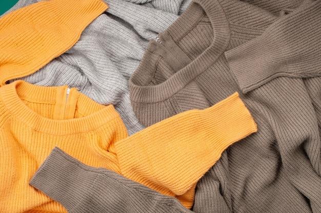 Comfortabele winterkleren winkelen, verkoop, stijl in trendy kleurenidee