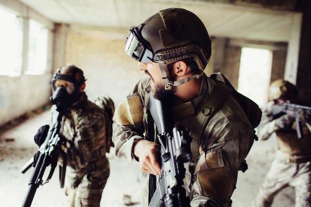Commandant staat vooraan en kijkt naar zijn soldaten.