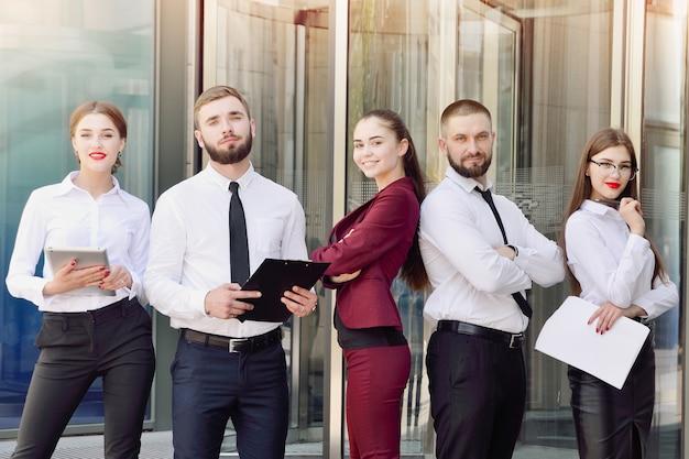 Commando. jonge kantoormedewerkers