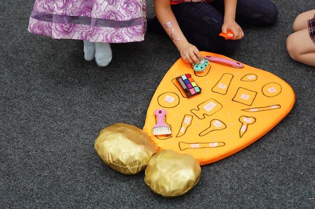 Commandogame voor kinderen zoekvormen komen overeen met de profieltools. teamwerk voor jongens