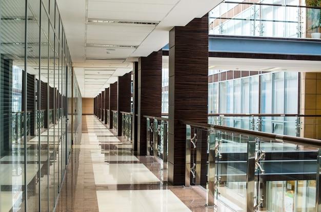 Commercieel centrum gang interieur glas