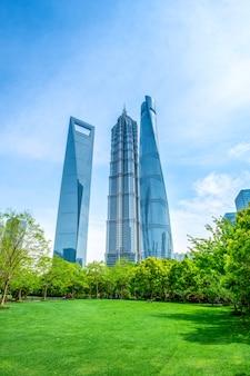 Commercieel kantoorgebouw in het financiële district lujiazui, shanghai
