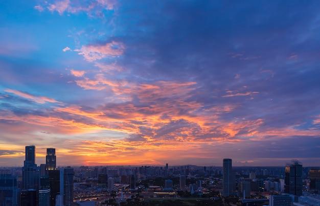 Commercieel stadscentrum met mooie zonsonderganghemel en wolk.