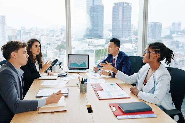 Commercieel team aan grote kantoortafel