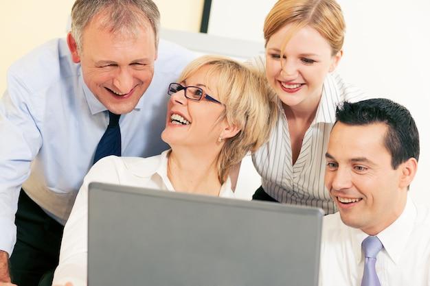 Commercieel team dat aan computer werkt
