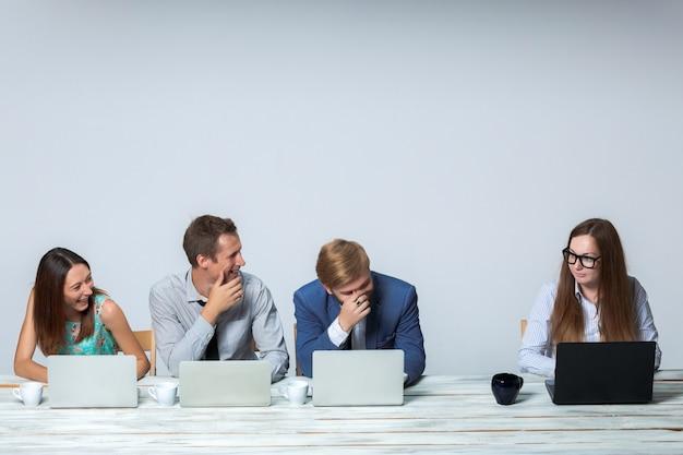 Commercieel team dat aan hun bedrijfsproject op kantoor samenwerkt
